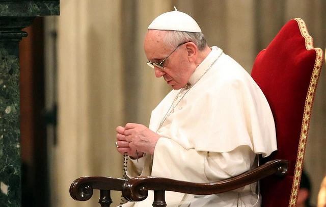 pope-francis-praying-the-rosary.jpg